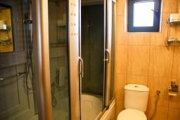 Ванная комната. Черногория, Жабляк : Апартамент для 6-8 человек, 2 отдельных спальни, Жабляк, Черногория.