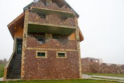 Фасад дома. Черногория, Жабляк : Большой дом с 5 отдельными спальнями, Жабляк