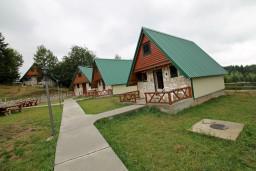 Территория. Черногория, Жабляк : Бунгало с кухней и гостиной на первом этаже, 2-мя отдельными спальнями на втором на Жабляке