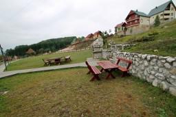 Территория. Черногория, Жабляк : Бунгало с кухней и гостиной на первом этаже, 2-мя отдельными спальнями на втором, Жабляк, Черногория.