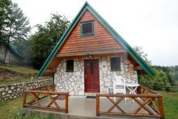Фасад дома. Черногория, Жабляк : Бунгало с кухней и гостиной на первом этаже, 2-мя отдельными спальнями на втором, Жабляк, Черногория.