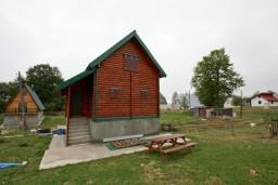 Фасад дома. Черногория, Жабляк : Уютный 2-х этажный деревянный дом,2 отдельных спальни