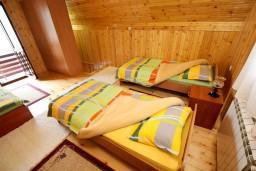 Спальня. Черногория, Жабляк : 2-х этажный дом с большой спальней на втором этаже