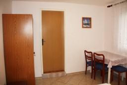 Студия (гостиная+кухня). Черногория, Радовичи : Студия в Радовичи с террасой и видом на сад