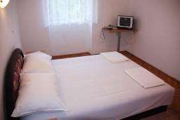Спальня. Черногория, Радовичи : Апартамент для 4 человек с двумя отдельными спальнями и видом на сад