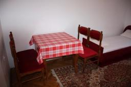 Спальня 2. Черногория, Радовичи : Апартамент для 4 человек с двумя отдельными спальнями и видом на сад