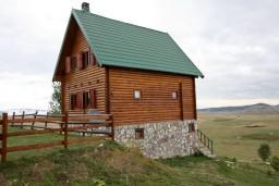 Фасад дома. Черногория, Жабляк : Уютный деревянный дом с 4-мя отдельными спальнями на Жабляке.