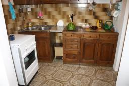 Кухня. Черногория, Росе : Апартамент для 8 человек с двумя отдельными спальнями, с двумя ванными комнатами, с балконом и шикарным видом на море
