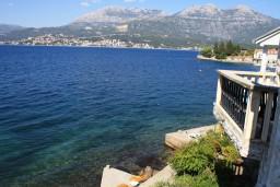 Вид на море. Черногория, Росе : Апартамент для 8 человек с двумя отдельными спальнями, с двумя ванными комнатами, с балконом и шикарным видом на море
