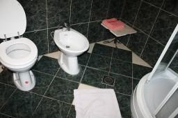 Ванная комната 2. Черногория, Росе : Апартамент для 8 человек с двумя отдельными спальнями, с двумя ванными комнатами, с балконом и шикарным видом на море
