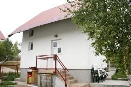 Фасад дома. Черногория, Жабляк : 2-х этажный дом с 3-мя отдельными спальнями на Жабляке.