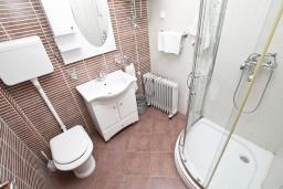 Ванная комната. Апартамент для 4 человек, с отдельной спальней, с террасой, 100 метров до пляжа в Игало