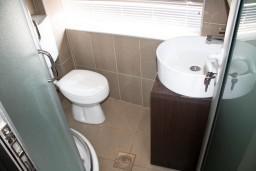 Ванная комната. Черногория, Игало : Студия в центре Игало в 50 метрах от моря