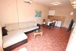 Гостиная. Черногория, Игало : Апартамент с отдельной спальней, 30 метров до пляжа