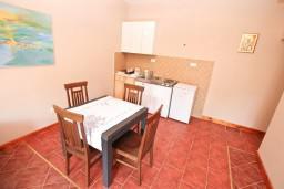 Обеденная зона. Черногория, Игало : Апартамент с отдельной спальней, 30 метров до пляжа