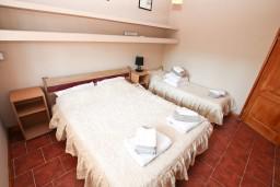 Кухня. Черногория, Игало : Апартамент с отдельной спальней, 30 метров до пляжа