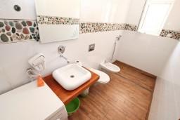 Ванная комната. Черногория, Игало : Апартамент с отдельной спальней, 30 метров до пляжа
