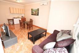 Гостиная. Черногория, Игало : Апартамент с отдельной спальней, с балконом, 30 метров до пляжа