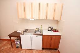 Кухня. Черногория, Игало : Апартамент с отдельной спальней, с балконом, 30 метров до пляжа