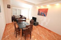 Обеденная зона. Черногория, Игало : Апартамент с отдельной спальней, с балконом, 30 метров до пляжа