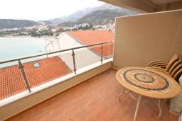 Балкон. Черногория, Рафаиловичи : Студия с балконом с шикарным видом на море, на берегу моря в Рафаиловичах