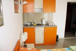Кухня. Черногория, Петровац : Студия с балконом и видом на море