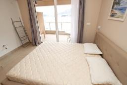 Студия (гостиная+кухня). Черногория, Рафаиловичи : Просторная студия  с балконом с шикарным видом на море на берегу Рафаиловичей