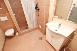 Ванная комната. Черногория, Рафаиловичи : Просторная студия  с балконом с шикарным видом на море на берегу Рафаиловичей