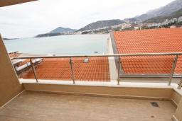 Балкон. Черногория, Рафаиловичи : Просторная студия  с балконом с шикарным видом на море на берегу Рафаиловичей