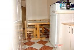 Обеденная зона. Черногория, Рафаиловичи : Апартамент с отдельной спальней, 70 метров до моря