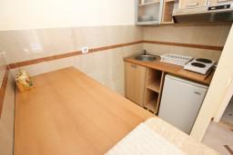 Кухня. Черногория, Рафаиловичи : Апартамент с отдельной спальней, 70 метров до моря