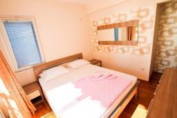 Спальня. Черногория, Рафаиловичи : Уютный апартамент с отдельной спальней в 10 метрах от моря