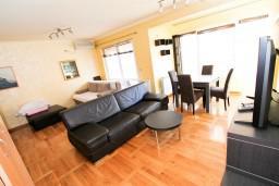 Гостиная. Черногория, Рафаиловичи : Уютный апартамент с отдельной спальней в 10 метрах от моря