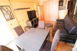 Обеденная зона. Черногория, Рафаиловичи : Уютный апартамент с отдельной спальней в 10 метрах от моря