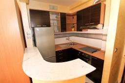 Кухня. Черногория, Рафаиловичи : Уютный апартамент с отдельной спальней в 10 метрах от моря