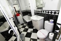 Ванная комната. Черногория, Рафаиловичи : Уютный апартамент с отдельной спальней в 10 метрах от моря
