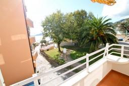 Вид на море. Черногория, Рафаиловичи : Уютный апартамент с отдельной спальней в 10 метрах от моря
