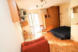 Студия (гостиная+кухня). Черногория, Рафаиловичи : Просторная студия в 200 метрах от моря