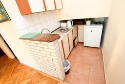Кухня. Черногория, Рафаиловичи : Просторная студия в 200 метрах от моря
