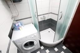 Ванная комната. Черногория, Рафаиловичи : Просторная студия в 200 метрах от моря