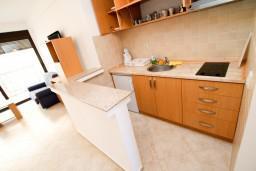 Кухня. Черногория, Рафаиловичи : Современный апартамент с отдельной спальней, с балконом с видом на море