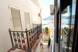 Вид на море. Черногория, Рафаиловичи : Современный апартамент с отдельной спальней, с балконом с видом на море