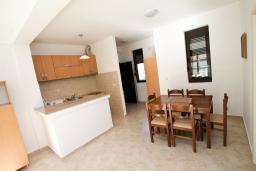 Обеденная зона. Черногория, Рафаиловичи : Современный апартамент с отдельной спальней, с балконом с видом на море