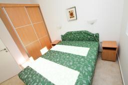 Спальня. Черногория, Рафаиловичи : Современный апартамент с отдельной спальней, с балконом с видом на море
