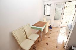 Обеденная зона. Черногория, Рафаиловичи : Апартамент с отдельной спальней в 200 метрах от моря