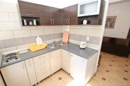 Кухня. Черногория, Рафаиловичи : Апартамент с отдельной спальней в 200 метрах от моря