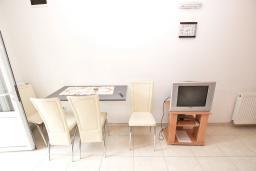 Обеденная зона. Черногория, Рафаиловичи : Апартамент в Рафаиловичи с отдельной спальней, с балконом