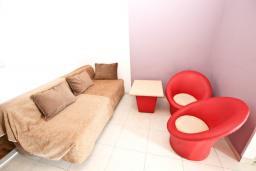 Гостиная. Черногория, Рафаиловичи : Апартамент в Рафаиловичи с отдельной спальней, с балконом
