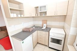 Кухня. Черногория, Рафаиловичи : Апартамент в Рафаиловичи с отдельной спальней, с балконом