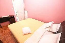 Спальня. Черногория, Рафаиловичи : Апартамент в Рафаиловичи с отдельной спальней, с балконом